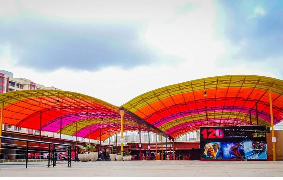 Cubiertas arquitectónicas de colores cálidos para un patio de juegos