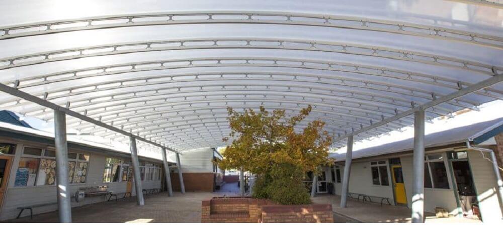 Cubiertas grises para armonizar el patio de juegos de una escuela australiana